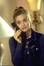 Алисия Сильверстоун говорит по телеофону
