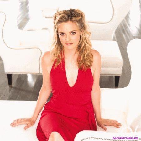 Алисия Сильверстоун в красном платье с глубоким вырезом декольте