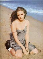Алисия Сильверстоун с полуобнаженной грудью на пляже