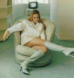 похотливая и сексуальная Алисия Сильвестоун полуголая сидит на кресле в эротичной позе