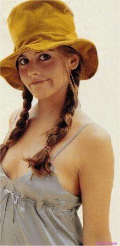 полуголая Алисия Сильверстоун в смешной шляпе