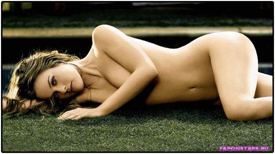 абсолютно голая Алисия Сильверстоун лежит на газоне