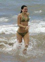 голая Элисон Ханниган на море в одном купальнике