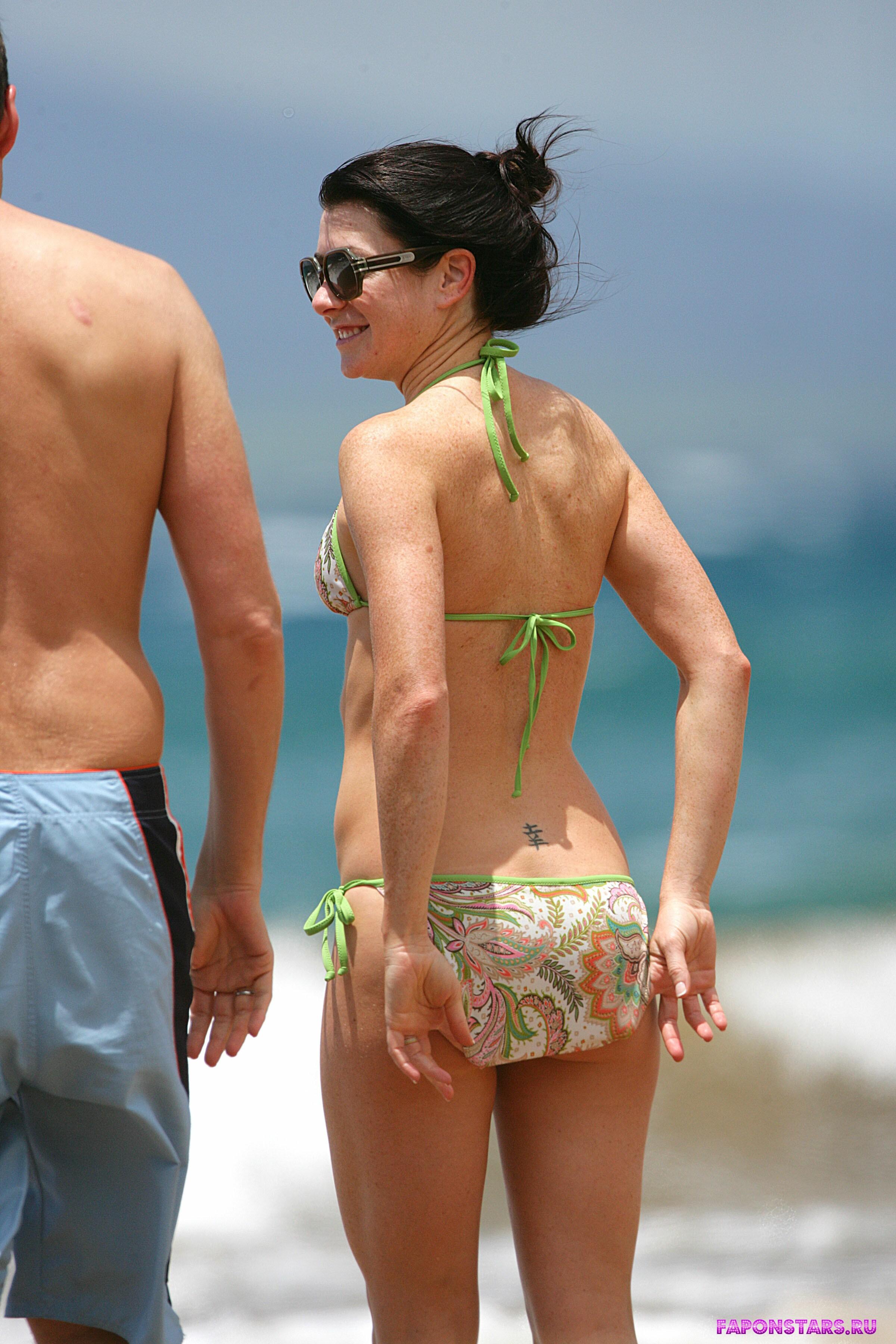 обнаженная Элисон Ханниган на пляже в бикини на Гаваях