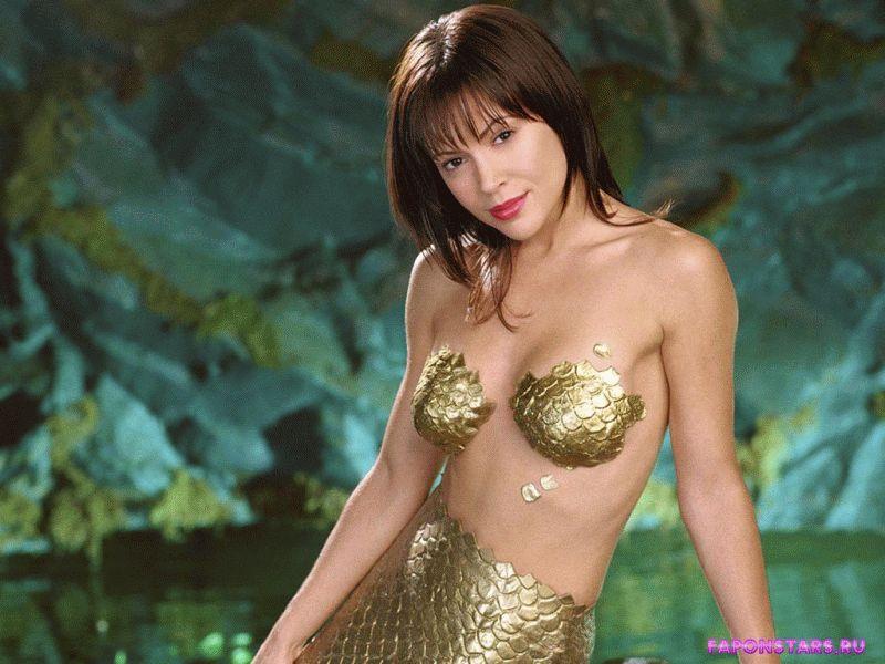 полуобнаженная Алиса Милано прикрыла голую грудь золотистыми наклейками