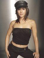 Алисса Милано полуголая в откровенном черном наряде и кожаной кепочке