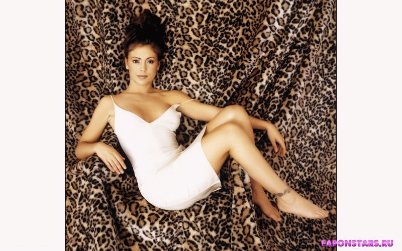 сексапильная Алиса Милано на леопардовом фоне