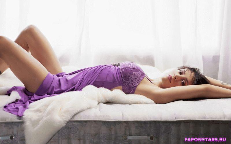 полуобнаженная Алиса Милано на кровати в прозрачном платье