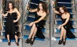 восхитительная красавица Алиса Милано сидит на ступеньках лестницы в роскошном вечернем платье