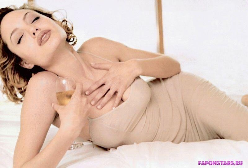 сексуальная полуголая  Анжелина Джоли на кровати