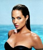 Анжелина Джоли и ее шикарное декольте обнажает грудь