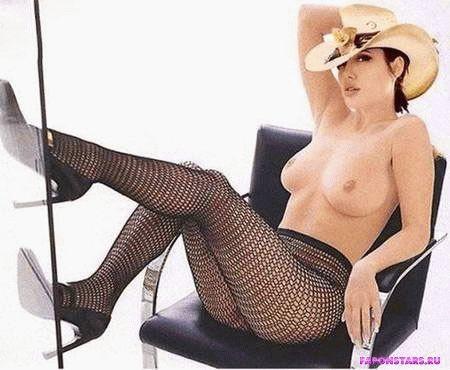 обнаженная Анжелина Джоли в молодости показывает голую грудь
