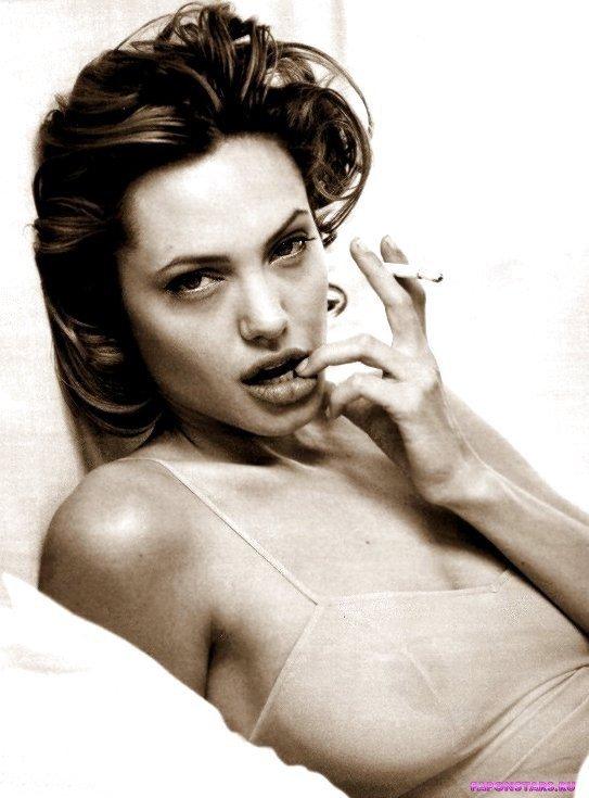 голая грдь Анжелины Джоли просвечивает через майку