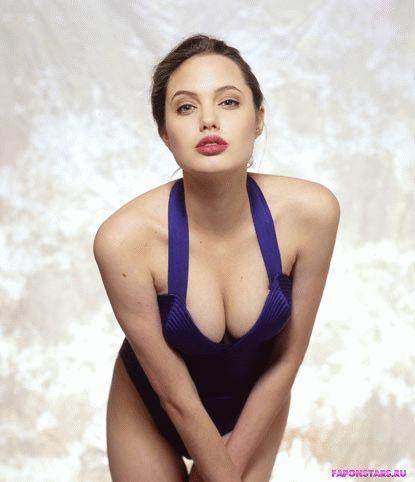шикарное декольте Анжелины Джоли показывает ее грудь во всей красе