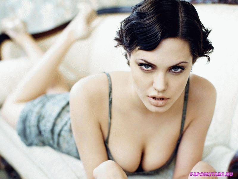 молодая Анжелина Джоли и ее большая красивая полуобнаженная грудь