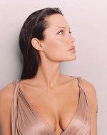 глубокое декольте Анжелины Джоли восхитительно подчеркивает ее грудь
