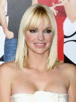 декольте Анны Фэрис выглядит очень вызывающе и обнажает ее грудь