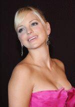 глубокий вырез на платье Анны Фэрис обнажил ее грудь