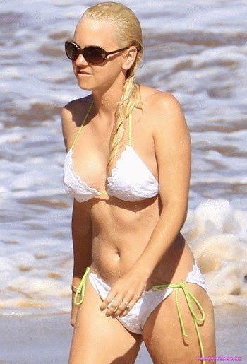 голая Анна Фэрис на пляже