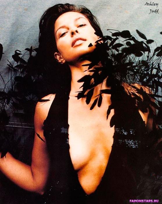Ashley Judd / Эшли Джадд улыбается и позирует на камеру