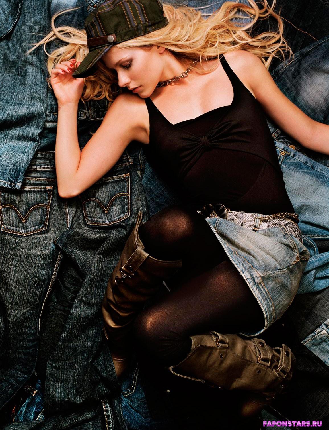 Avril Lavigne / Аврил Лавин в откровенном наряде