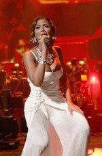 грудь певицы чуть не выскочила из платья во время концерта