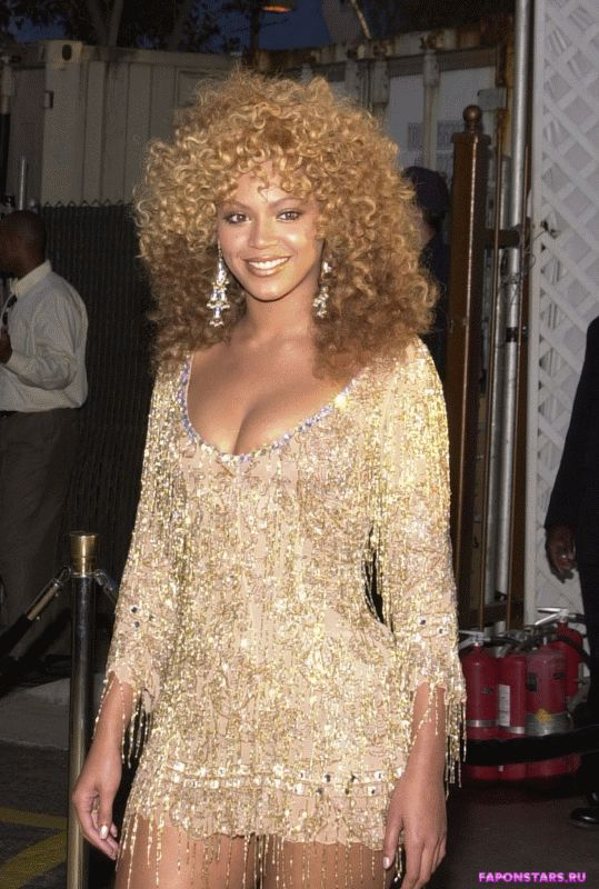 Beyonce / Бейонсе улыбается и позирует на камеру