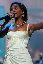полуобнаженная грудь певицы Бейонсе выпадает из платья с глубоким вырезом декольте  во время концерта