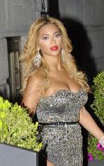 пополневшая Бейонсе в вечернем платье с глубоким декольте