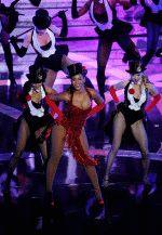 Бейонсе на концерте в шикарном открытом красном платье
