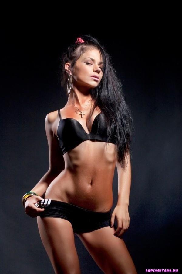 обнаженная Бьянка в черном нижнем белье
