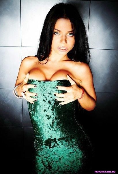 грудь Бьянки выперает из глубокого выреза ее платья