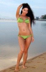 голая Бьянка на пляже в одном куплаьнике