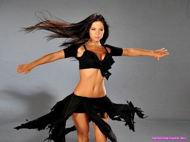 Бьянка полуголая в черном развивающемся платье