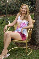 Дианна Агрон в коротких сексуальных шортах и маечке на отдыхе
