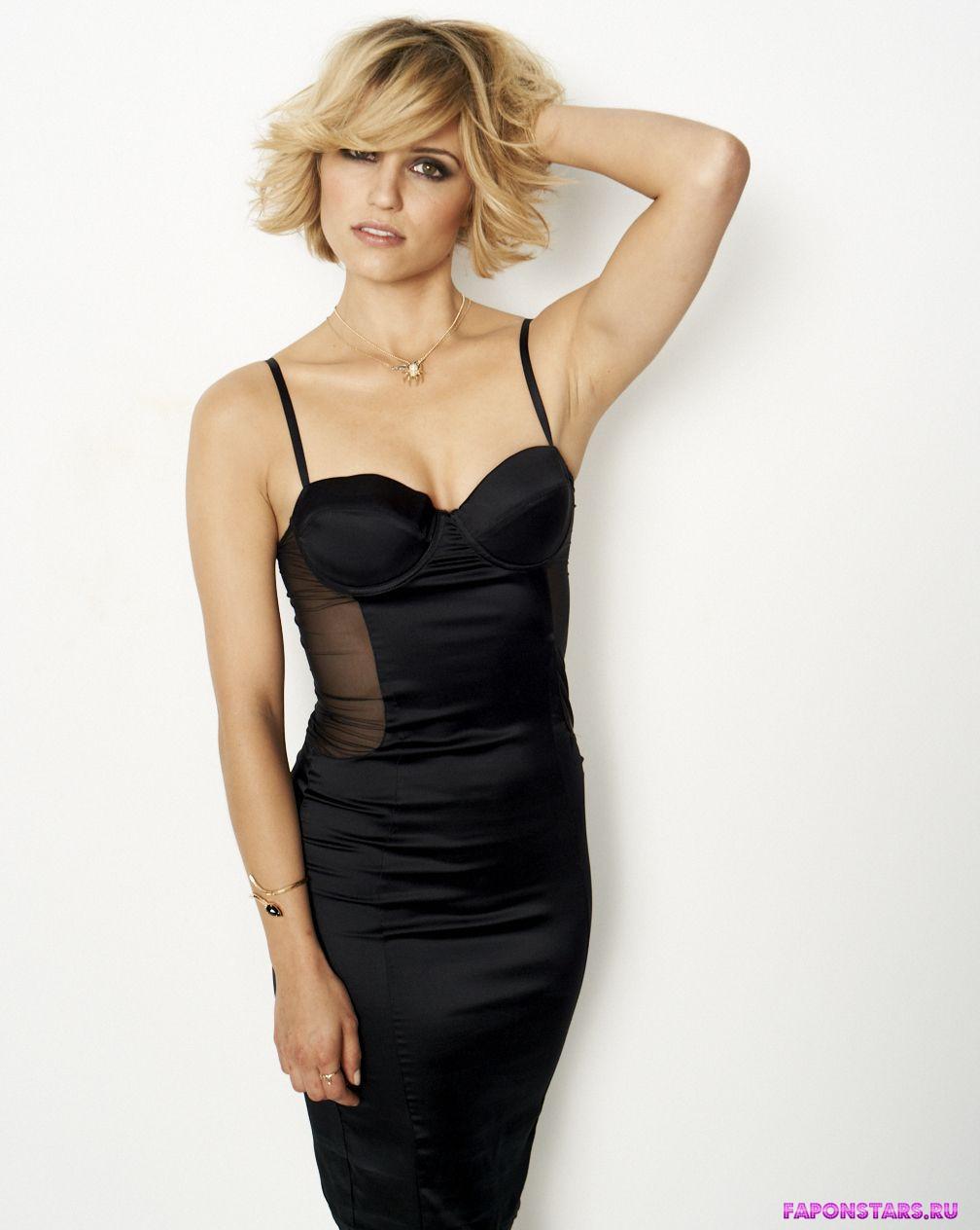 соблазнительная блондинка Дианна Агрон в откровенном платье