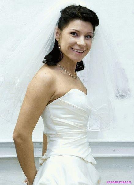 Екатерина Волкова в белом платье с декольте