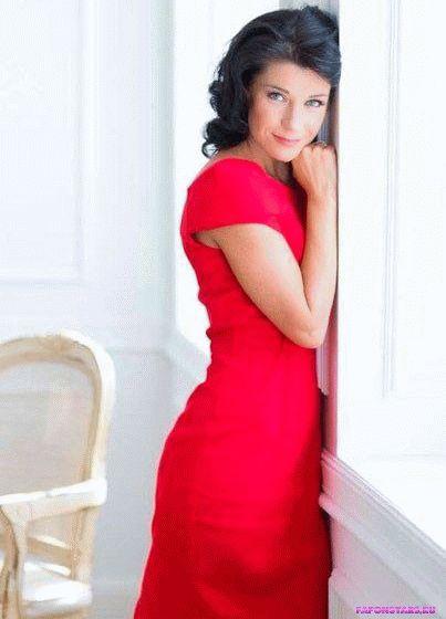 Екатерина Волкова в красивом красном платье