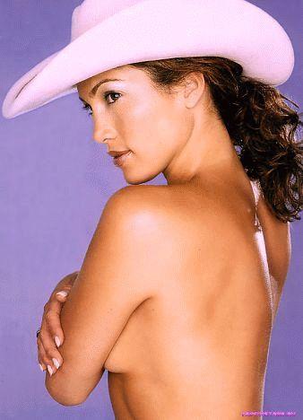 голая Дженнифер Лопес в ковбойской шляпе закрывает обнаженную грудь руками