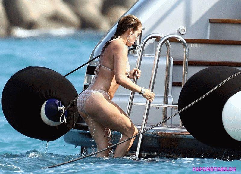 голая Дженнифер Лопес вылезает из воды, снимок папарацци