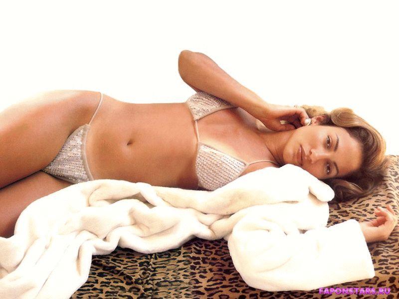 полуобнаженная Джей Ло в очень эротичной позе лежит на леопардовом покрывале