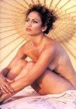 абсолютно голая Дженнифер Лопес на пляже прикрыла обнаженную грудь коленями