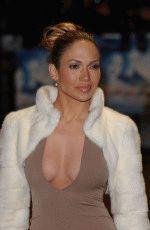 Декольте Джей Ло восхитительно подчеркивает ее красивую грудь
