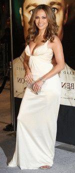 Дженнифер Лопес в белом платье с глубоким вырезом которое выгодно подчеркивает ее грудь