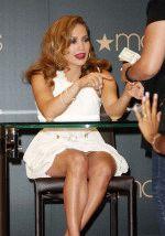 Дженнифер Лопес сидит на стуле в белом платье