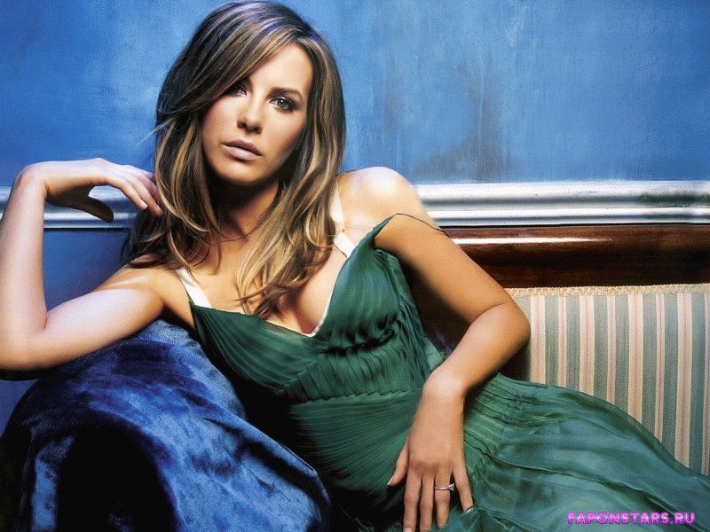 Kate Beckinsale / Кейт Бекинсэйл улыбается и позирует на камеру