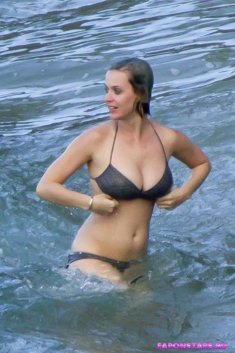 Katy Perry / Кэти Перри улыбается и позирует на камеру
