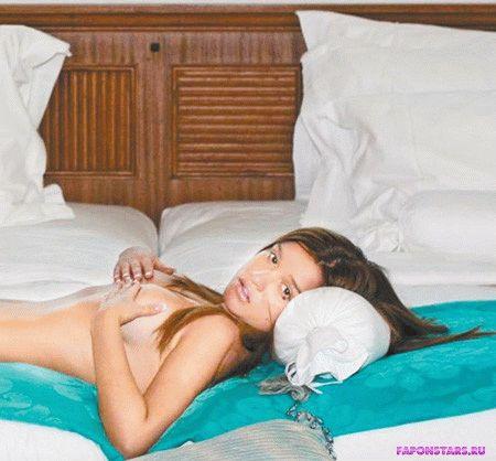 полностью обнаженная Бородина прикрывает голую грудь руками