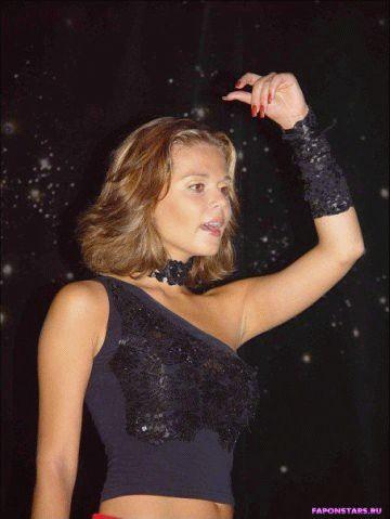 сексуальная Ксюша Новикова в откровенном наряде на сцене