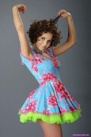 Ксюша Новикова в цветном коротком платье красивая и желанная